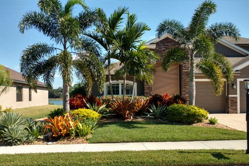 Palmetto  home with professional landscaping and lawn maintenance.